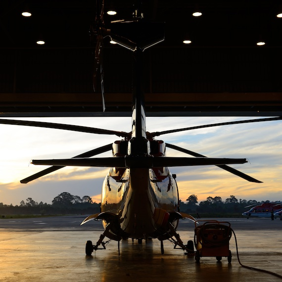 Hélicoptère dans un hangar - Helicopter in a hangar
