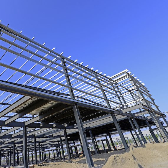 Structure d'acier d'un bâtiment commercial en construction - Steel structure of a commercial building under construction